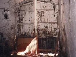 Vstupní poškozené dveře