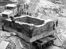 Historický snímek převozu podbetonovaných základů a zbytku románského domu