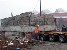 Podbetonované základy a zbytky románského domu nalezené při archeologickém