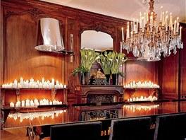 Třídílný zrcadlový stůl v pařížském bytě musel dovnitř dostat jeřáb.