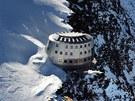 Čtyřpodlažní budova může poskytnout přístřeší až pro 120 horolezců a turistů.