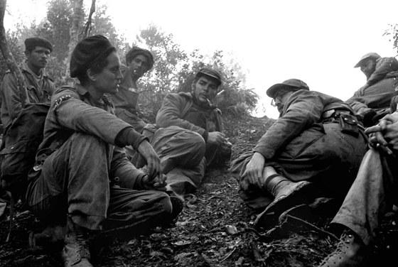 Enrique Meneses:  El Che Guevara a Fidel Castro při hovorech s partyzány
