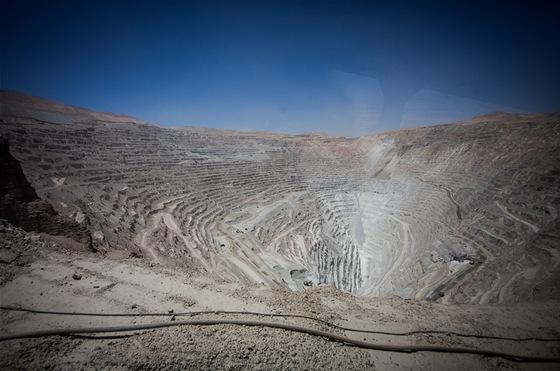 Tuhle díru do pekla budovali lidé téměř sto let. Jáma je pět kilometrů dlouhá,