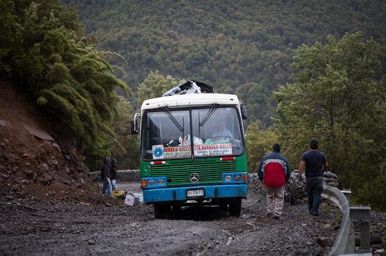 V prudk�m svahu mus�me nakonec zastavit, cestu zablokoval autobus. �idi� trv� na tom, abychom ho nep�edj�d�li a usilovn� se rve s ter�nem.