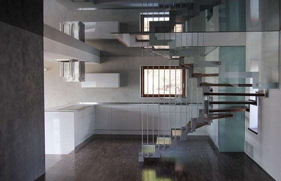 Prostor je v tomto dom� otev�en� nejen vertik�ln� v jednotliv�ch patrech, ale