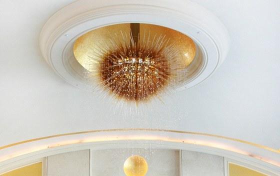 Hotel St. Regis - tvar i barva svítidla korespondují s interiérem, který je