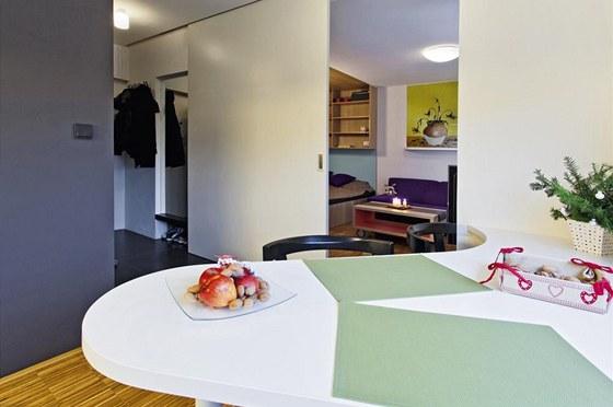 Prostoru vévodí obrovské posuvné dveře, které oddělují kuchyňskou část od