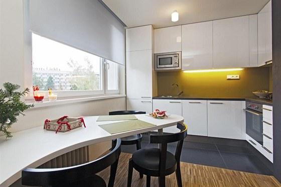 Kuchyňská linka se obešla bez klasického obložení nad pracovní plochou.