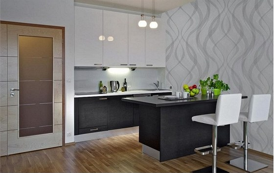Sandřin byt. Kuchyňský ostrůvek slouží jako pracovní plocha a zároveň jídelní...