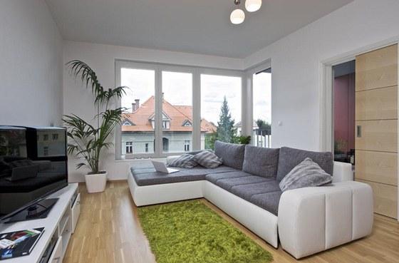 Sandřin byt. Obývací pokoj je spojený s kuchyňským a jídelním koutem a je z něj...
