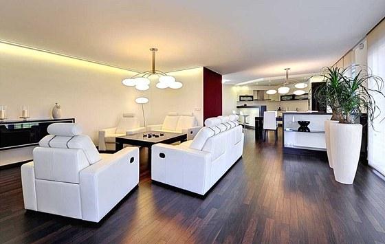 Celý interiér domu spojuje krásná třívrstvá podlaha z tropického dřeva merbau a...