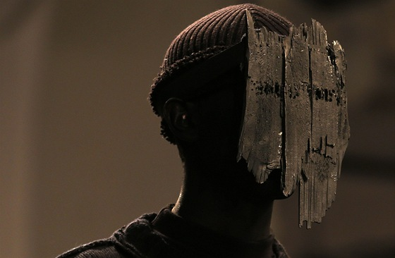 Černo černý make-up a kusy dřeva. I takto může vypadat styling pánské přehlídky.