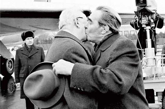 Když si prohlížíte fotky Leonida Brežněva, nic hezkého to není. Nejčastěji ho