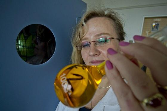 Tekuté zlato rozpuštěné v Lučavce královské v rukou vedoucí laboratoře....