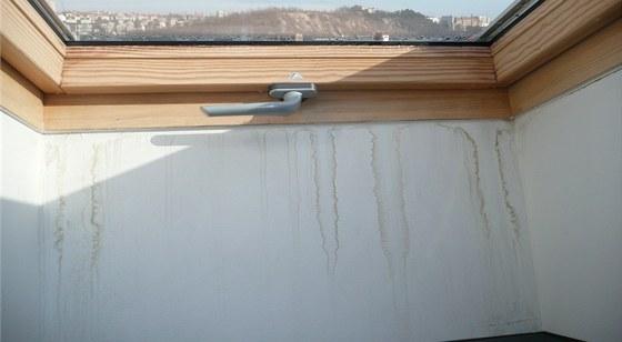 Nespr�vn� proveden� okna, tvar ost�n� neumo��uje obt�k�n� tepl�m vzduchem. Na