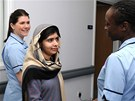 Mladou Pákistánku Malalaj Júsufzaiovou, kterou postřelili ozbrojenci Talibanu za to, že prosazovala vzdělání žen, propustili z britské nemocnice. (4. ledna 2013)