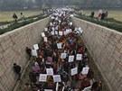 Indie truchlí za oběť hromadného znásilnění a pro pachatele požaduje ty