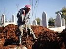 Syrský hrobník ve městě Azáz. Občanská válka si podle OSN vyžádala už 60 tisíc...