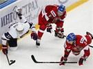 Mladí čeští hokejisté Petr Šidlík a  Martin Frk (vpravo) bojují o puk s Američanem Tylerem Biggsem.