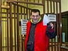 První propuštěný vězeň opouští pankráckou věznici.
