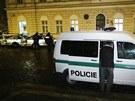 Policie v pražském Karlíně objevila zápalné lahve pod služebními vozy .