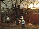 Hasiči museli u požáru bývalé školky v Praze 4 hledat skrytá ohniska, protože