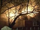 Oheň likvidovali hasiči při požáru bývalé školky v Praze 4 hned 10 proudy vody