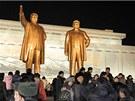 Severokorejci v Pchjongjangu oslavují příchod nového roku (1. ledna 2013)