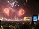 Severokorejci na náměstí Kim Ir-sena v Pchjongjangu oslavují příchod nového