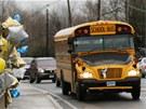 Typický americký školní autobus projíždí městem Newtown kolem provizorního