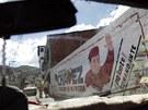 Pohled z auta na zeď v Caracasu, kde je zobrazen veneuzelský prezident Hugo