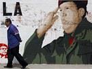 Pohled na zeď v Caracasu, kde je zobrazen veneuzelský prezident Hugo Chávez