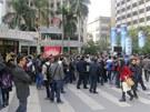Protesty před redakci čínského listu Týdeník jihu (Southern Weekly) proti