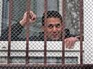 Natěšení amnestovaní vězni čekají v místnosti pro výdej civilního šatstva na
