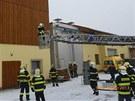 Hasiči zachraňují muže, který ve Vikýřovicích na Šumpersku spadl do stroje na
