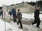 Dozorce naposledy provádí propuštěné vězně areálem věznice v Rapoticích na