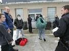 Vězni propouštění na amnestii z Rapotic na Třebíčsku se hromadí před odchodem z