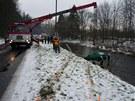 O vyproštění havarované felicie z řeky se postaral hasičský jeřáb z Otrokovic.