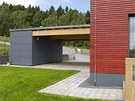 Garážové stání s masivní dřevěnou trámovou konstrukcí je zastřešeno OSB