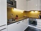 Kuchyň s lesklým povrchem se skvěle hodí do malých prostor.