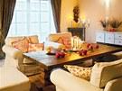 Deska stolu v obývacím pokoji sloužila dříve jako pracovní plocha v  truhlářské