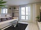 Základem obývacího pokoje je pohodlná sedačka ve světlé barvě. Světlá dřevěná