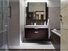 Koupelna v hnědobílém provedení je dostatečně velká, aby se do ní vešla jak