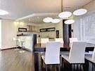 Celý interiér domu spojuje krásná třívrstvá podlaha z tropického dřeva merbau a