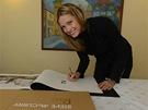 Topmodelka Petra Němcová podepisuje kalendář Pirelli pro rok 2013, pro který