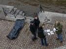 První den roku 2013 ležel na náplavce u Čechova mostu v Praze mrtvý muž. Podle