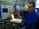 Výroba zlatých granálií. Po natavení zlatého písku se roztavený kov nalije do...