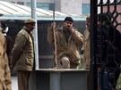 Policisté stráží budovu soudu v Dillí, kde probíhá proces s pachateli