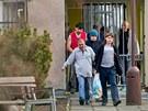 Amnestovaní vězňové opouštějí věznici v Hradci Králové (2.1.2013).