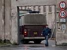 Autobus Vězeňské služby přiváží amnestované do vazební věznice v Hradci